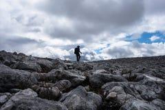 Piechur sylwetka na skały polu na Szkockim Górskim Munro Zdjęcia Stock
