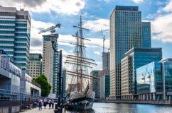 Piechurzy Stavros Niarchos wysyłają cumują przy Południowym Quay w Canary Wharf fotografia stock