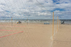 Piechurzy z spacerowiczami rodzinnymi na plażowym morzu Fotografia Stock