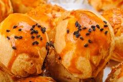 Piecrust美味酥皮点心土耳其pogaca用kalonji在上面的黑色小茴香 图库摄影