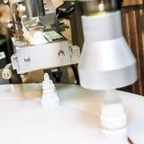 Pieczętuje dekiel w farmaceutycznej fabryce lub nakrętkę Zdjęcie Stock