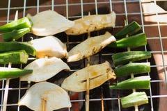 Pieczarki i surowy okra Piec na grillu w rondlu, przyprawiającym z podprawą Use jako przekąska między posiłkami Obraz Royalty Free