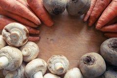 Pieczarki, marchewki i buraki na drewnianej desce, Fotografia Royalty Free