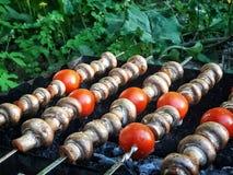 Pieczarki na grillu Smażyć pieczarki, smażyć pieczarki z pomidorami obrazy stock