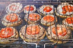 Pieczarki z pomidorami piec na grillu zdjęcia royalty free
