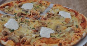 pieczarkowa kurczak pizza Zdjęcia Royalty Free