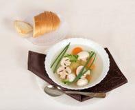 Pieczarkowa polewka, chleb, łyżka i pielucha, fotografia stock