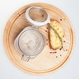Pieczarkowa polewka z grzanką odizolowywającą na bielu Fotografia Stock