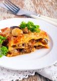 Pieczarkowy lasagna na talerzu Zdjęcia Stock