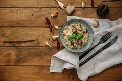 Pieczarkowy risotto na bielu talerzu, zamyka w górę widoku obraz stock