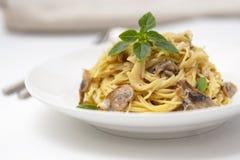 Pieczarkowy spaghetti makaron i kremowy kumberland Domowej roboty włoski makaron z szampinion pieczarką obraz royalty free