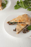 Pieczarkowy szpinaka quesadilla na bielu talerzu Fotografia Stock
