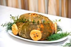 Pieczeń w dyniowym garnku z rozmarynami i preclami słuzyć na świątecznym stole obraz royalty free