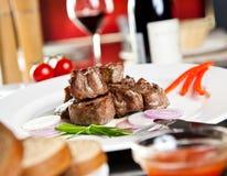 Pieczona wieprzowina, czerwone wino zdjęcie royalty free