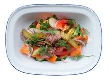 Pieczona wołowina i warzywa w emalia talerzu odizolowywającym na bielu Zdjęcie Stock