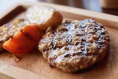 pieczone mięso Plasterek czerwieni pomidor brązowy linii abstrakcyjne tła zdjęcie Obrazy Stock
