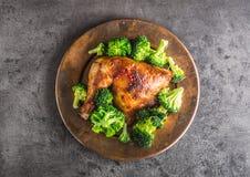 Pieczonego kurczaka noga Kurczak piec noga z brokułami na betonie Obraz Stock