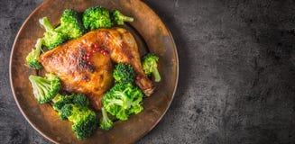 Pieczonego kurczaka noga Kurczak piec noga z brokułami na betonie Obraz Royalty Free