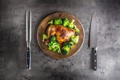 Pieczonego kurczaka noga Kurczak piec noga z brokułami na betonie Zdjęcia Stock