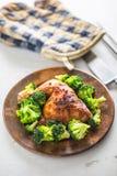Pieczonego kurczaka noga Kurczak piec noga z brokułami na stole Fotografia Stock