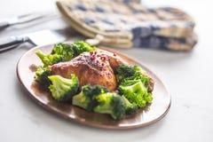Pieczonego kurczaka noga Kurczak piec noga z brokułami na stole Obrazy Stock
