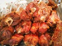 Pieczonej wieprzowiny nogi świnia dla sprzedaży rynek zdjęcie royalty free