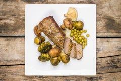 Pieczonej wołowiny cięcie w plasterku z brokułami, Brussels flancami i pieczarkami, Zdjęcie Royalty Free