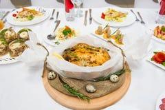 Pieczony kurczak i karmelizować cebule na drewnianym talerzu na bielu Fotografia Stock