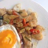 Pieczony kurczak i smażący jajko Obrazy Stock