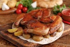 Pieczony kurczak na drewnianym tle z świeżymi warzywami i kartoflanym garnirunkiem Tsyplenok tytoń wieśniak zdjęcie stock