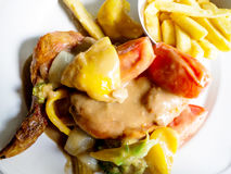 Pieczony kurczak nakrywający z przyprawowym kumberlandem dobierać do pary z różnorodnymi warzywami Obraz Stock