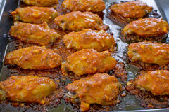 Pieczony Kurczak Nowy Orlean słodki i korzenny na tacy przygotowywającej słuzyć Obrazy Stock