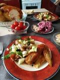 Pieczony kurczak, piec na stole Cięcie z nożem Ciie kawałek Piec na grillu smażył pieczonego kurczaka Tabaka Zdjęcia Stock