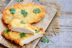 Pieczony kurczak pierś na tnącej desce Szybki i łatwy kurczaka przepis dla gościa restauracji Rocznika drewniany tło Zdjęcia Royalty Free