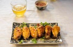 Pieczony kurczak uskrzydla z sałatą i rybim kumberlandem Fotografia Royalty Free