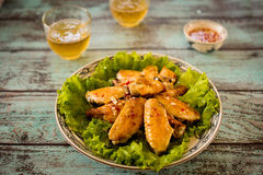 Pieczony kurczak uskrzydla z sałatą i rybim kumberlandem Zdjęcie Royalty Free