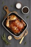 Pieczony kurczak w rasting cynie z składnikami i cyzelowania rozwidlenie na zmroku popielatym drewnie obrazy stock