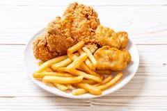 pieczony kurczak z francuz bryłek i dłoniaków posiłkiem obrazy royalty free
