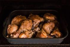 Pieczony kurczak zakrywający z fragrant pikantność i złotą brown skorupą na wypiekowym prześcieradle w piekarniku zdjęcie stock