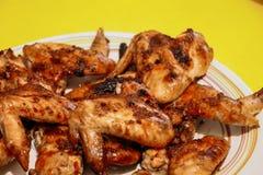 Pieczonych kurczaków skrzydła na żółtym tle zdjęcia royalty free