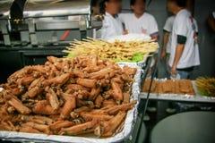 Pieczonych kurczaków skrzydła układający w tacach słuzyć przy przyjęciem zdjęcie royalty free