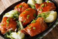 Pieczonych kurczaków uda z Pak, czosnkiem i zieleni oni choy, imbirowym, Zdjęcia Royalty Free