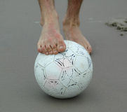 Pied au-dessus de la bille de football Photos libres de droits