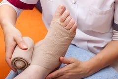 Pied bandé par docteur d'un patient Photo libre de droits