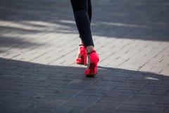 Pied d'une fille avec les chaussures gîtées photo stock
