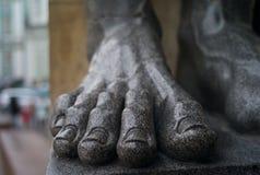 Pied d'une statue colossale photos stock