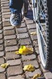 Pied dans des espadrilles sur le pont d'automne de pédale de bicyclette Image libre de droits