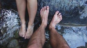 Pied dans l'eau immobile Photos libres de droits