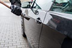 Pied-de-biche sur la serrure de porte sur la voiture images stock