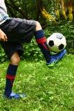Pied de joueur de football avec la boule Photographie stock libre de droits